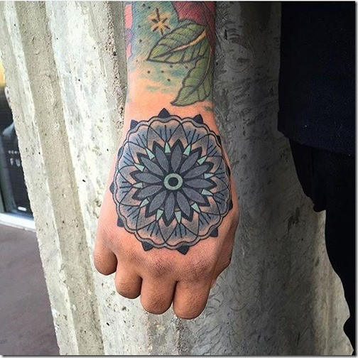 Spectacular hand tattoos (the most effective images!)