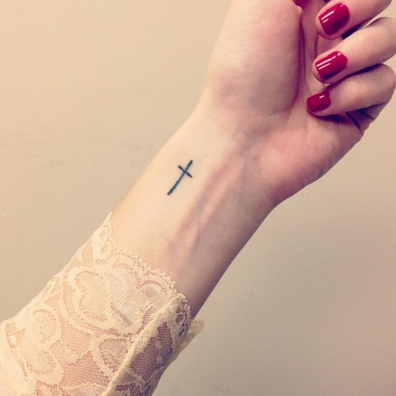 25 Pretty Cross Tattoos Concepts for Women